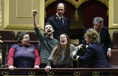 Varias-personas-promotores-iniciativa-legislativa-popular-desahucios