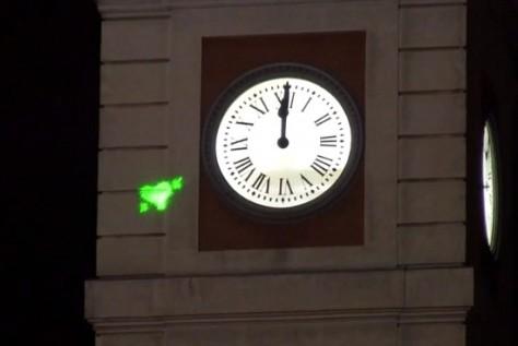 Acci n por los presos vascos en las campanadas de la for Fotos reloj puerta del sol madrid