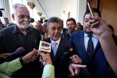 epa05098876 President of Venezuelan National Assembly (AN), Henry Ramos Allup (c), talks to the press after leaving the session of the AN in Caracas, Venezuela, on 12 January 2016. The ordinary session of the Venezuelan National Assembly, AN, was suspended for the day due the 'absence' of most of the deputies, , and was reescheduled for Wednesday. The ruling faction had plans to present a 'economic emergency decree' proposed by Venezuelan President Nicolas Maduro, while the opposition wanted to present, among other proposals, an amnesty law to release political prisoners. EPA/MIGUEL GUTIERREZ