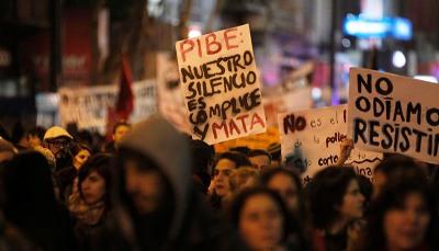 """MON207. MONTEVIDEO (URUGUAY), 03/06/2016.- Personas participan en una marcha contra la violencia hacia las mujeres hoy, viernes 3 de junio de 2016, en Montevideo (Uruguay). Alrededor de 5.000 personas marcharon bajo el lema """"ni una menos"""", en el marco de una convocatoria secundada en varios puntos del país, donde, desde comienzos de año, 12 mujeres fueron asesinadas por sus parejas. EFE/Javier Roibás Veiga"""