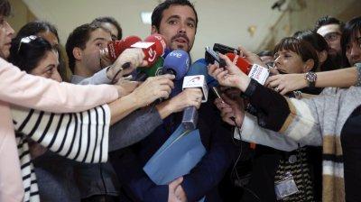 """GRA020. MADRID, 07/01/2016.- El dirigente de IU, Alberto Garzón (c), atiende a los medios tras formalizar su acta como diputado, esta mañana en el Congreso de los Diputados. Garzón cree que se puede frenar un gobierno del PP porque hay """"compromisos asumidos"""" por parte del PSOE, Podemos, la propia Izquierda Unida, e """"incluso"""" Ciudadanos, aparte de otras fuerzas, que podrían sentar las bases para hacer la política """"de una manera diferente"""". EFE/Chema Moya"""