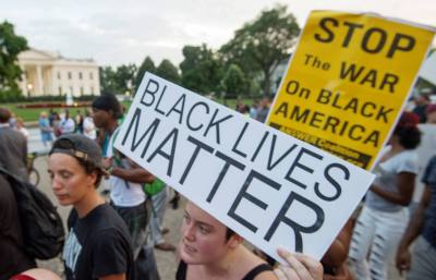Protestors gather outside the White House in Washington, DC on July 7, 201. Black motorist Philando Castile, 32, a school cafeteria worker, was shot at close range by a Minnesota cop and seen bleeding to death in a graphic video shot by his girlfriend that went viral Thursday, the second fatal police shooting to rock America in as many days. / AFP PHOTO / PAUL J. RICHARDS