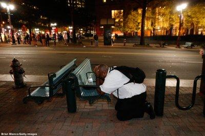 hombre-llorando-y-rezando-en-protesta-en-charlotte