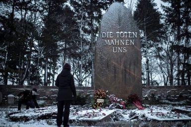 Una persona frente a la tumba de la socialista revolucionaria alemana Rosa Luxemburgo en Berlín, Alemania