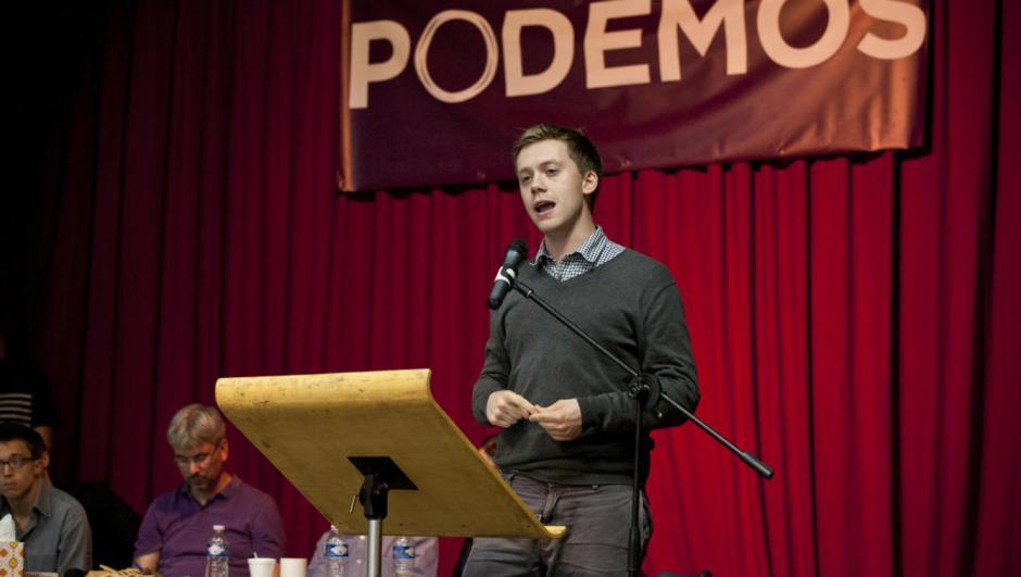 Owen Jones en un acto de apoyo a Podemos