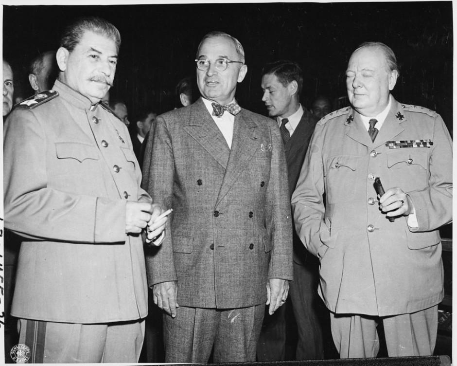 Harry S. Truman (en el centro) junto a Iosif Stálin y Winston Churchill