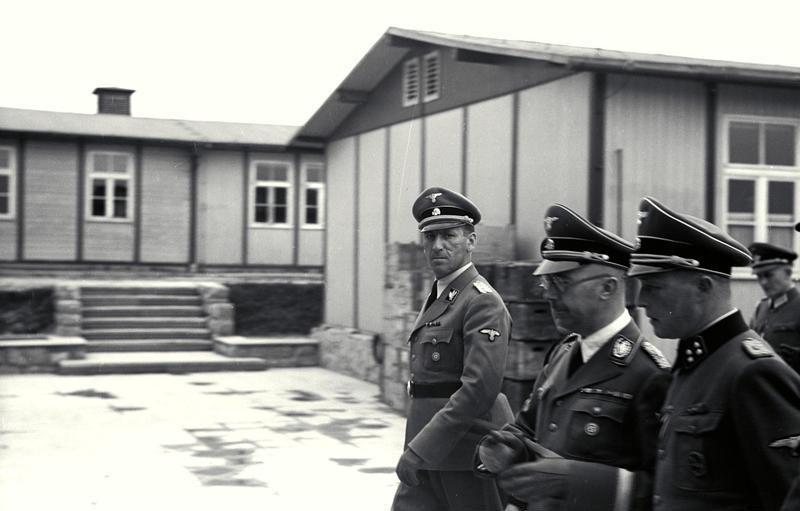 Ernst Kaltenbrunner (mirando a cámara) junto al líder de las SS Heinrich Himmler.